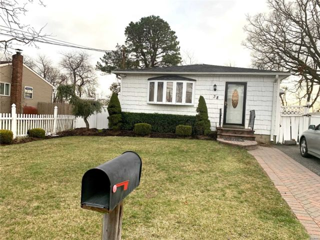 4 BR,  2.00 BTH  Ranch style home in North Amityville