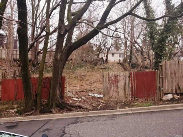 Lot <b>Size:</b> 50x100 Land style home in Locust Valley