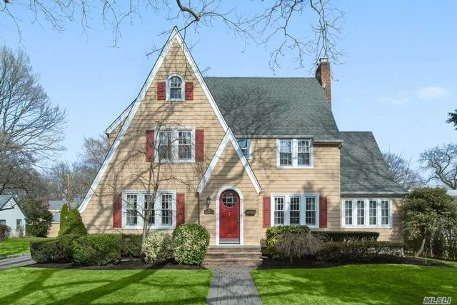 4 BR,  2.55 BTH Colonial style home in Garden City