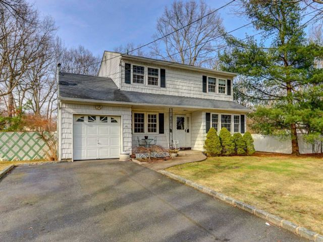 4 BR,  2.00 BTH  Colonial style home in Holbrook