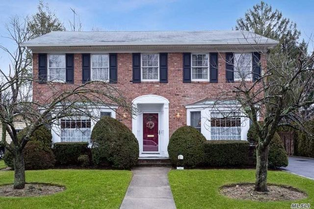 4 BR,  2.50 BTH Colonial style home in Garden City