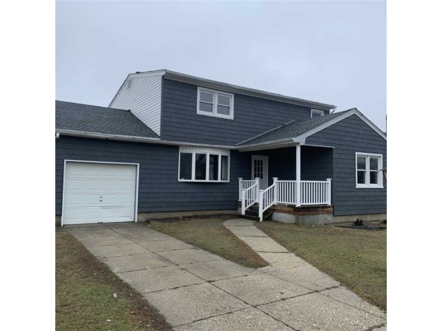 6 BR,  2.00 BTH Exp ranch style home in West Babylon