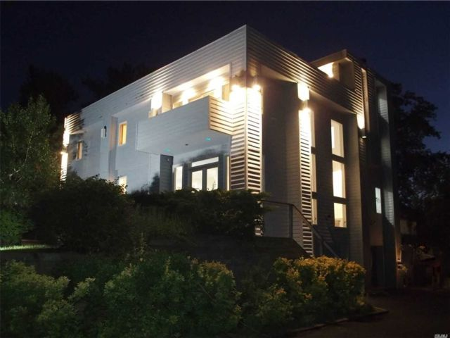 4 BR,  2.50 BTH  Contemporary style home in East Patchogue