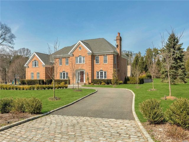 5 BR,  4.50 BTH Colonial style home in Muttontown