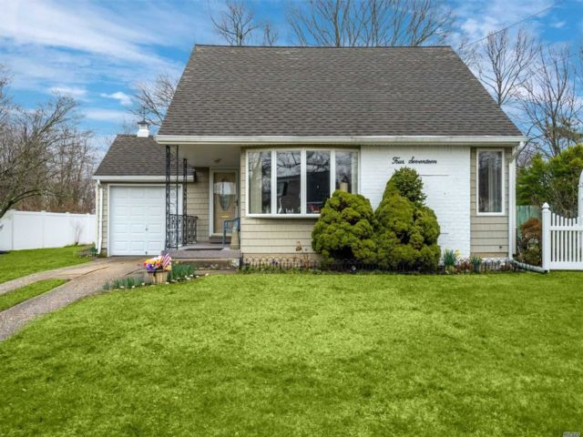 4 BR,  2.00 BTH  Split level style home in West Islip