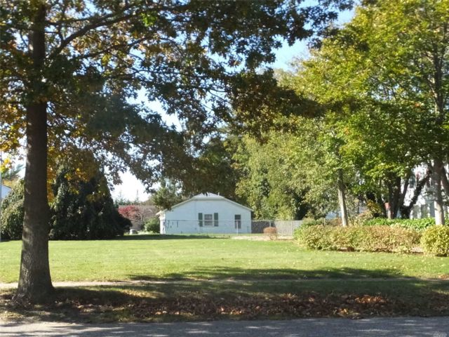Lot <b>Size:</b> 75 x 177 Land style home in Sayville