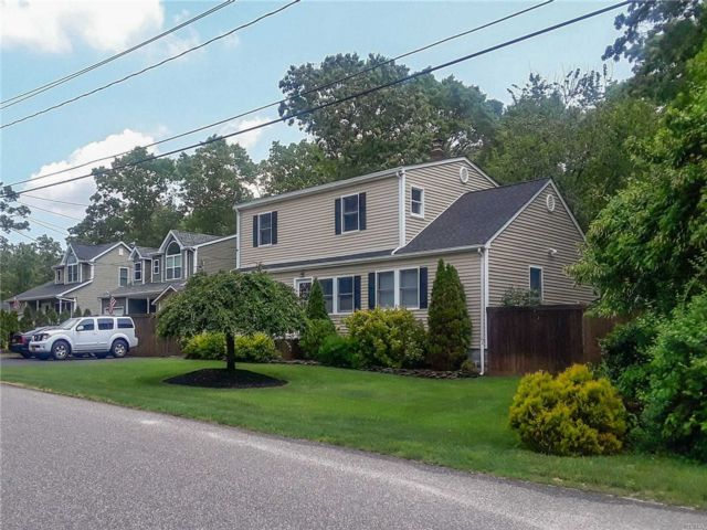 4 BR,  2.00 BTH  Colonial style home in Shirley