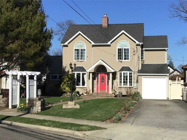 4 BR,  3.00 BTH Colonial style home in Oceanside