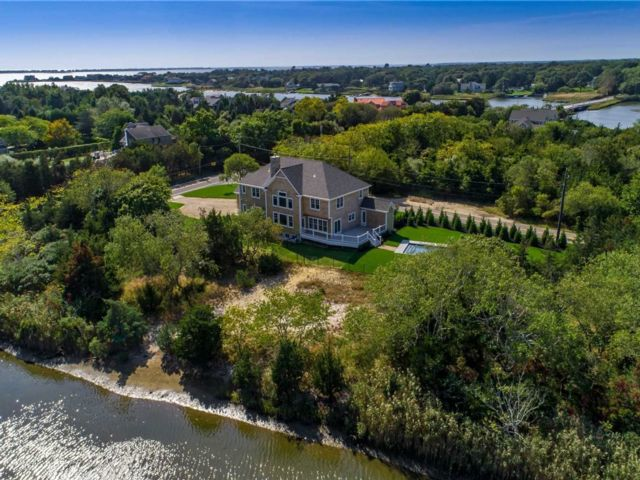 4 BR,  5.00 BTH Estate style home in Westhampton