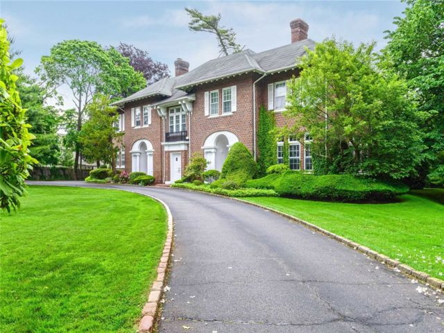 8 BR,  9.00 BTH  Estate style home in Woodmere