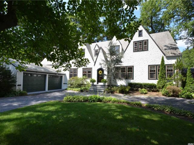 5 BR,  6.00 BTH Tudor style home in Great Neck