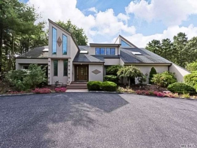 5 BR,  6.00 BTH Contemporary style home in Manorville
