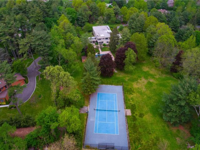 7 BR,  7.00 BTH  Contemporary style home in Old Westbury