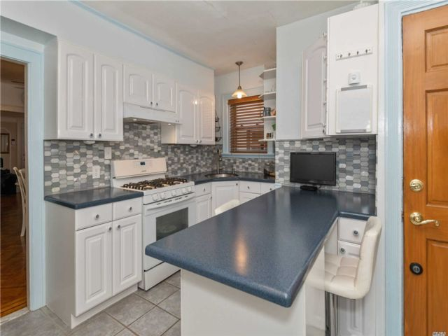 4 BR,  2.00 BTH Traditional style home in Whitestone