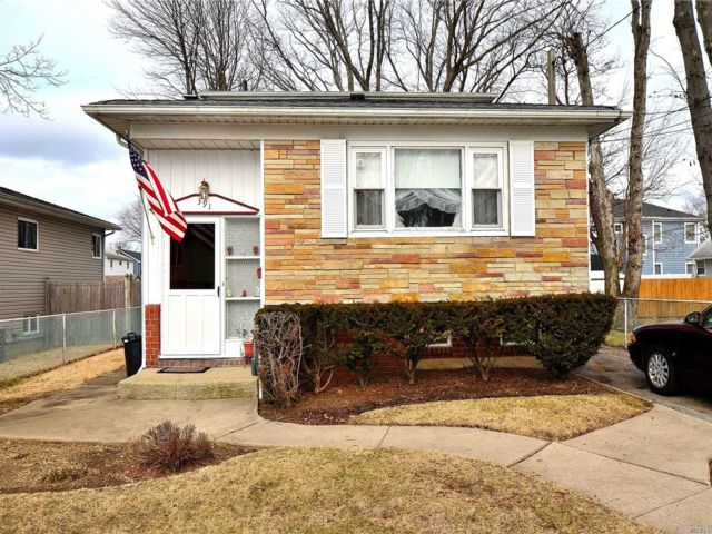 4 BR,  3.00 BTH Exp ranch style home in Massapequa Park