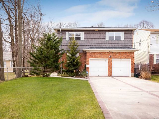 5 BR,  4.00 BTH Colonial style home in Wantagh