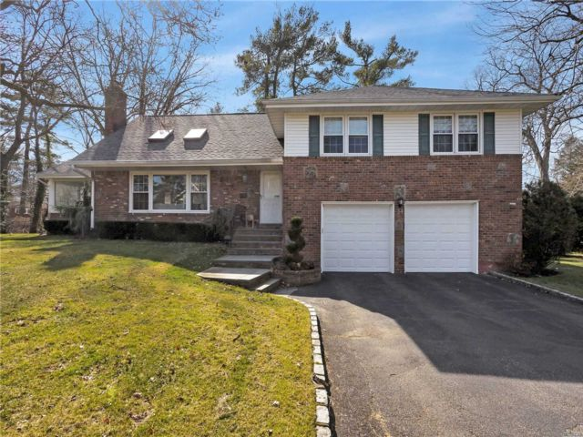 4 BR,  2.00 BTH  Split level style home in Roslyn