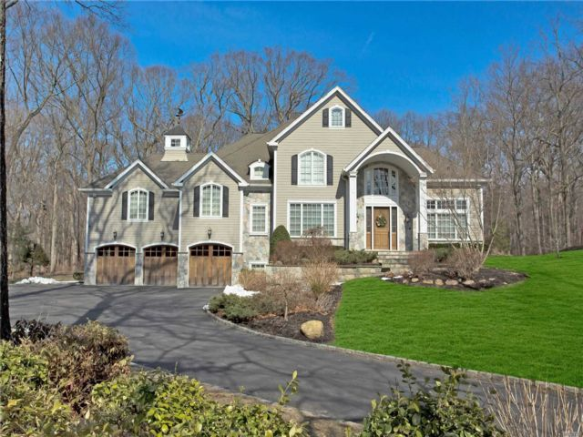 5 BR,  5.00 BTH Colonial style home in Muttontown