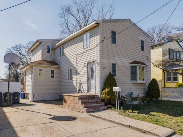 5 BR,  2.00 BTH Colonial style home in Babylon