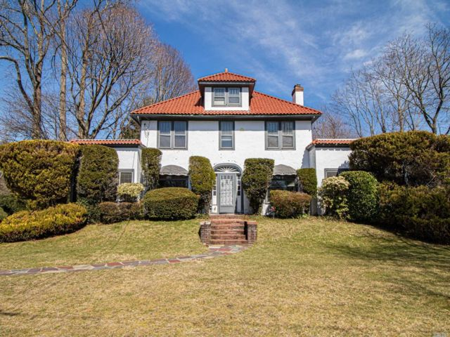 4 BR,  3.00 BTH Colonial style home in Brightwaters