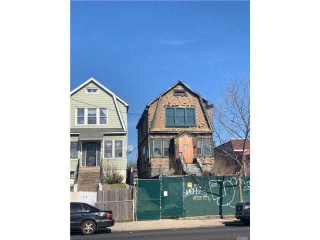 3 BR,  1.00 BTH Colonial style home in Soundview