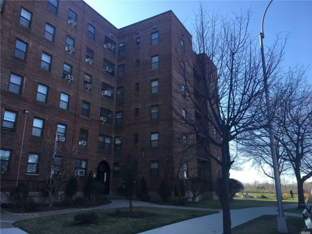 3 BR,  1.00 BTH  High rise style home in Flushing