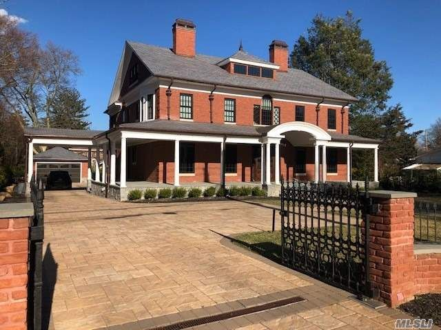 5 BR,  7.00 BTH Colonial style home in Sea Cliff