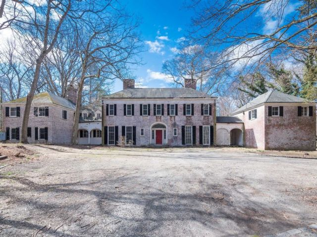 7 BR,  8.00 BTH  Colonial style home in Upper Brookville