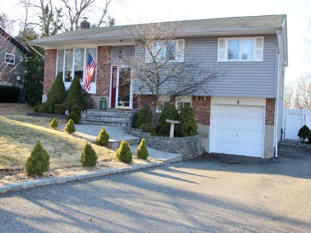 4 BR,  2.00 BTH Hi ranch style home in Smithtown
