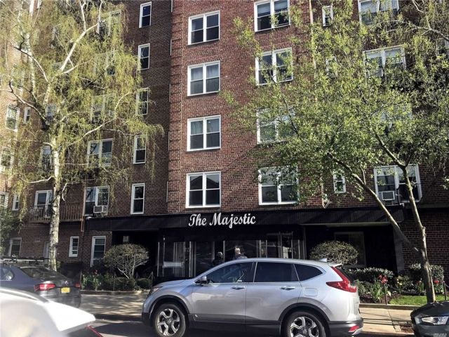 2 BR,  1.00 BTH Mid rise style home in Forest Hills