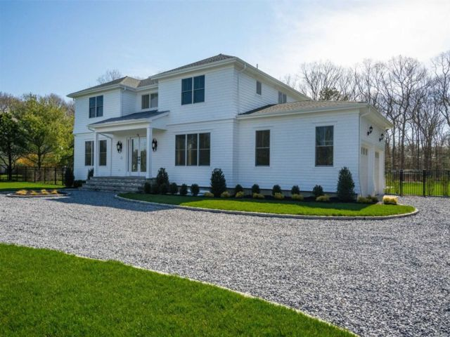 5 BR,  5.00 BTH Colonial style home in Remsenburg