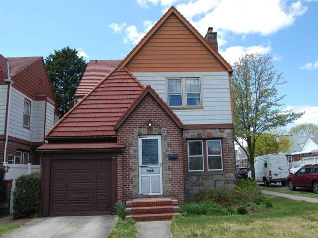 3 BR,  2.00 BTH Exp cape style home in Flushing