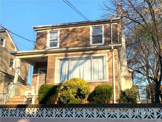 3 BR,  1.00 BTH Colonial style home in St. Albans