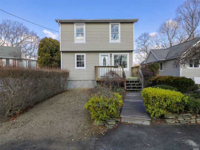 3 BR,  2.00 BTH  Contemporary style home in Mastic