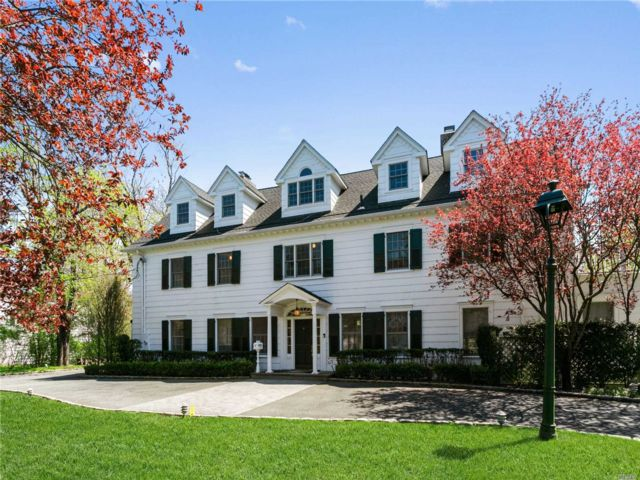 6 BR,  6.00 BTH Colonial style home in Woodmere