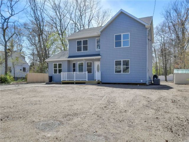 4 BR,  3.00 BTH Post modern style home in Ronkonkoma