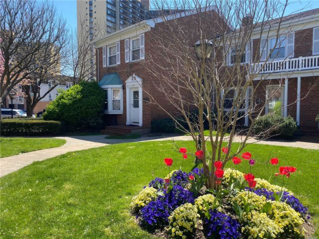 3 BR,  2.00 BTH Townhouse style home in Bayside