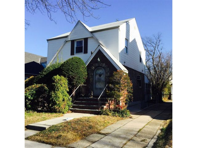 4 BR,  3.00 BTH  Colonial style home in Fresh Meadows