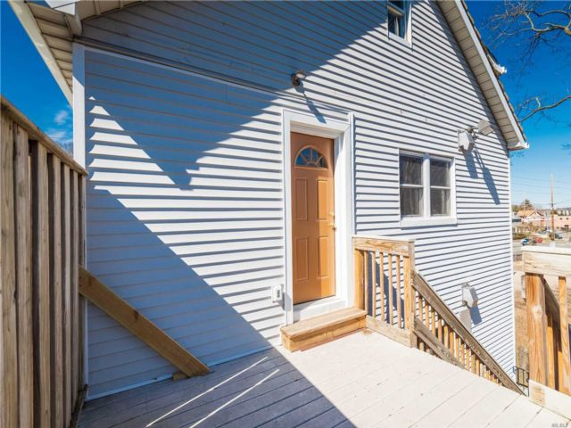 1 BR,  2.00 BTH Apt in bldg style home in Oyster Bay