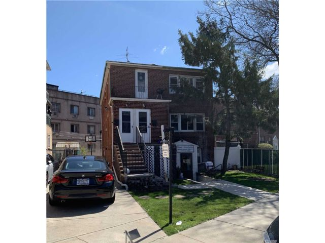 6 BR,  3.00 BTH  Store+dwell style home in Howard Beach