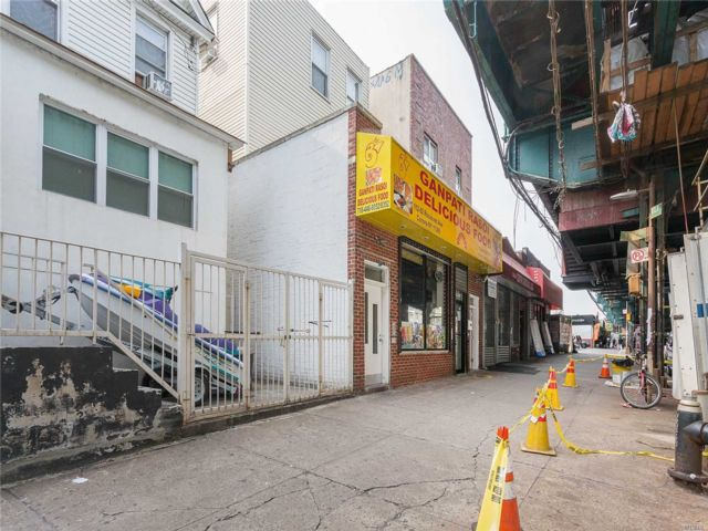 5 BR,  3.00 BTH  Store+dwell style home in Flushing
