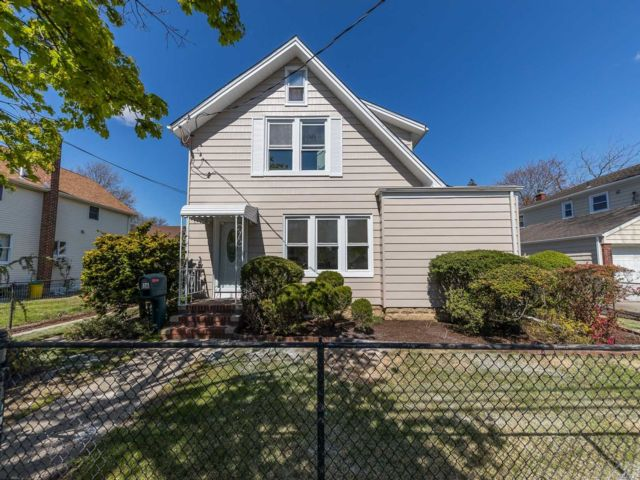 3 BR,  2.00 BTH  2 story style home in Lynbrook