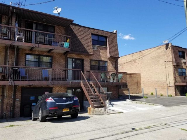 7 BR,  5.00 BTH Townhouse style home in Howard Beach