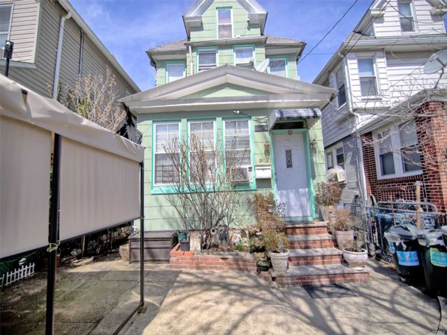 10 BR,  3.00 BTH Colonial style home in Elmhurst