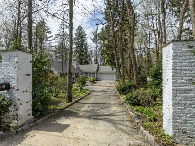 Lot <b>Size:</b> 1Acre  Land style home in Roslyn Harbor