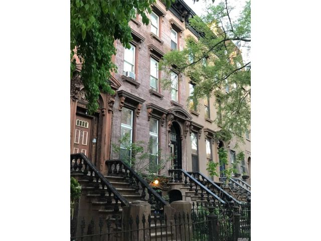 6 BR,  4.00 BTH  Trilevel style home in Prospect Heights