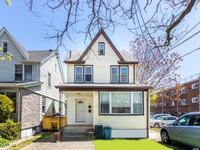 5 BR,  2.00 BTH Colonial style home in Bellerose