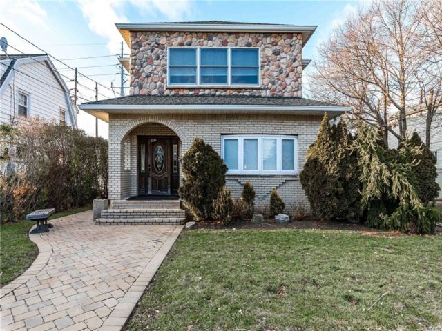 8 BR,  3.00 BTH Colonial style home in Lawrence