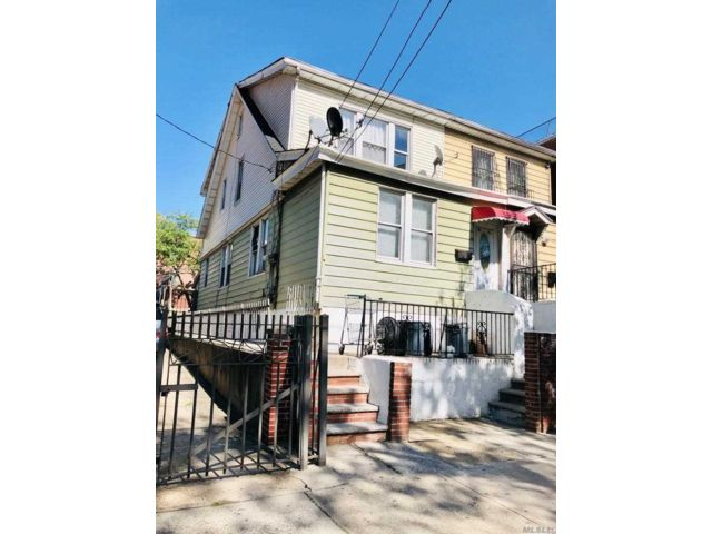 4 BR,  0.00 BTH Colonial style home in Woodside