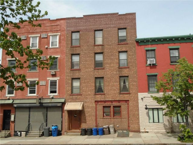 6 BR,  3.00 BTH Townhouse style home in Greenpoint